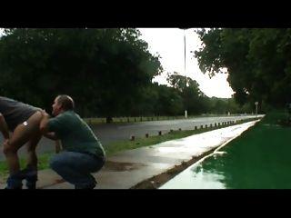 Papa und Guy ficken im Freien in der Nähe von Straße