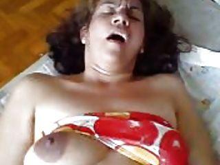 sie ist eine Schlampe Frau auf dem Bett
