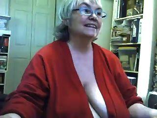 Fett schlaffe Oma-Streifen und masturbiert auf Webcam