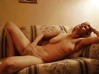 Milf masturbiert mit der Hand in Höschen
