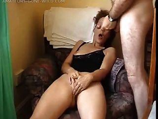 Frau vor ihrem Mann masturbiert