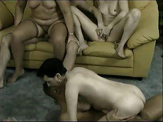 in Orgie Omas - 4 alte Huren & 3 nette junge Männer ficken