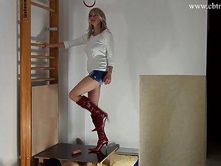 Domina Trampeln von Hahn und Bälle in High Heel Stiefel