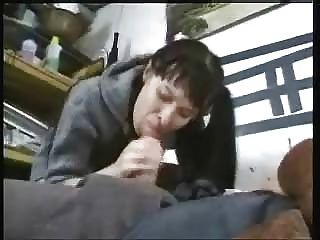 junge Brünette reitet alte Hahn und eine Gesichts Last bekommen