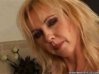 kurvige alte Frau mit großen Titten im Badezimmer dildoing