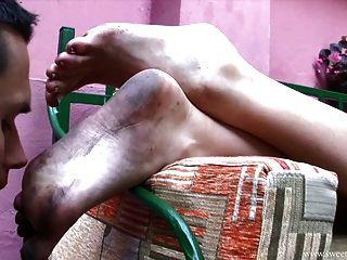 die schmutzigen Füße von nette Dame lecken