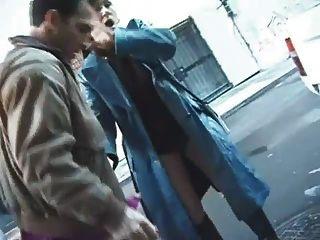 elle le suce et se fait prendre dans la rue