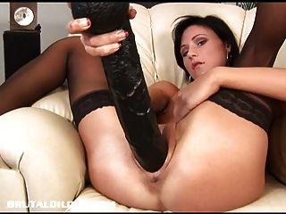 paola füllt sie mit einem riesigen Dildo schnappen