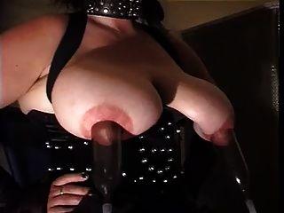 Slave mit großen Titten im schwarzen Korsett und Nylonstrümpfe