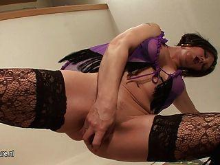 Kinky Mama spielt mit ihrer nassen Pussy