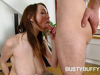 big-boobed Teen buffy fucks für Sperma auf ihre massiven Melonen