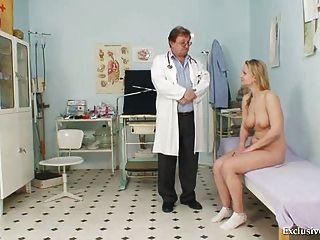 Zaneta hat ihre Speculum Muschi gyno von alten Arzt untersucht
