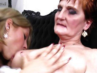 Oma lehrt junge Mädchen eine lesbische Liebe
