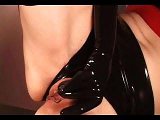 Rotschopf in Latex-Handschuhe, Strümpfe und High Heel Stiefel