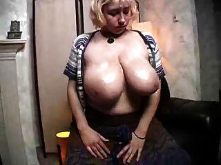 kiki kakuchi blinkt ihre große Klopfer