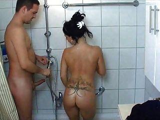 heiße College-Mädchen wird in der Dusche gefickt