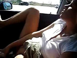 meine heiße Frau im Auto masturbiert. Amateur öffentliche Nacktheit