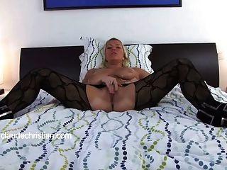 Mädchen mit großen Brüsten macht ihre Muschi Flow Orgasmus bekommt