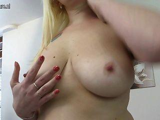 hot blonde Hausfrau bekommen ihre Pussy nass