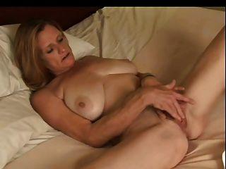 schöne Frau masturbiert