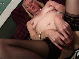reife Hausfrau mit ihrem alten Pussy spielen
