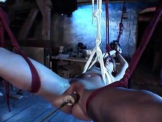 gebunden blonde Hottie mit rasierte Muschi rammte von Maschine
