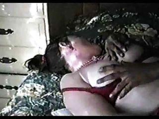 Hinterwäldler Frau saugt eine mittlere Hahn