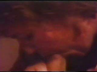 retro abspritzen füllt sich mit Sperma den Mund, bis es wieder heraus fließt