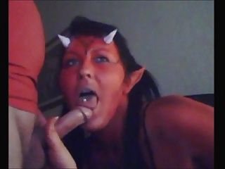 geile Teufel Küken sucks dick und isst cum