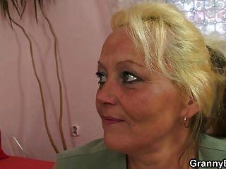 alte Dame wird abgeholt und gefickt