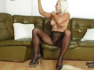bibi Fuchs mag Nylons und schwarze Strumpfhose Dildo Masturbation