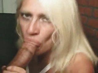 blonde Mutter saugt einen fetten Schwanz