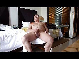 reifen solosexual seine Genitalien und Cumming zeigt