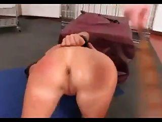 jungen Sklaven gebunden und Arsch gefickt
