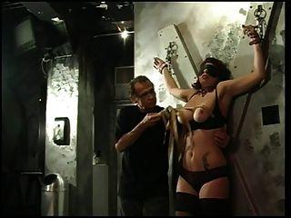 große Titten Schlampe bekommt ihre Titten und Brustwarzen von ihrem Meister drückte