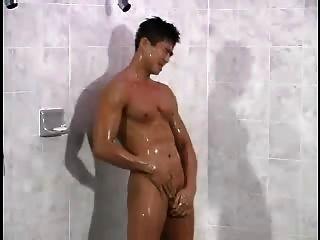 koreanisch gut aussehend in der Dusche gewichst