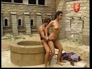 andrea Molnar in der mittelalterlichen Burg gefickt