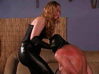 eine strenge Herrin und ihrem Sklaven