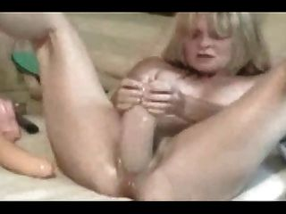 wifey Cums hart mit riesigen Dildo