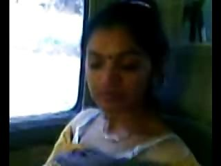 Smart reife indische aunty Brüste zeigen in Auto