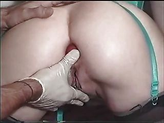 zwei Äpfel innerhalb Arschloch meiner Schlampe Frau. extreme