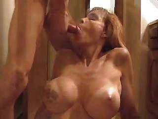Frau gibt Blowjob und bekommt einen Cumshot im Gesicht