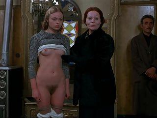 junge, blonde ist vor männlichen Kunden immer nackt.