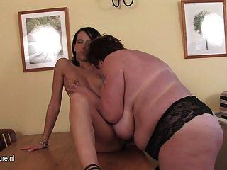 mollige Mutter mit einem heißen jungen Mädchen spielen