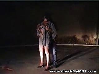 skanky Milf wird von zwei Jungs auf den Straßen gefickt