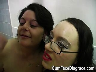 Cumming in zwei reifen Damen Münder