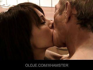 junger Arzt Orgasmus von alten Patienten bekommen