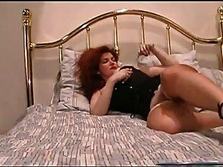 Rothaarige Milf Finger ihre saftige Pussy