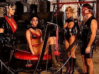 Herrin monique begehren mit Sklaven - Kinky Latex-Fetisch Spaß