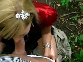 blonde Küken saugt im Park
